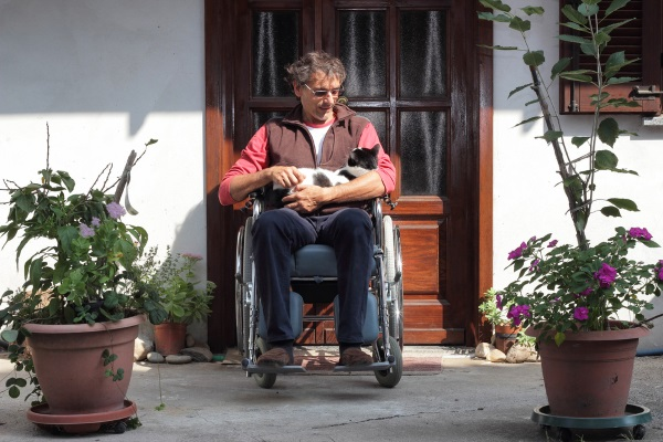 Man-in-wheelchair-with-cat (1)